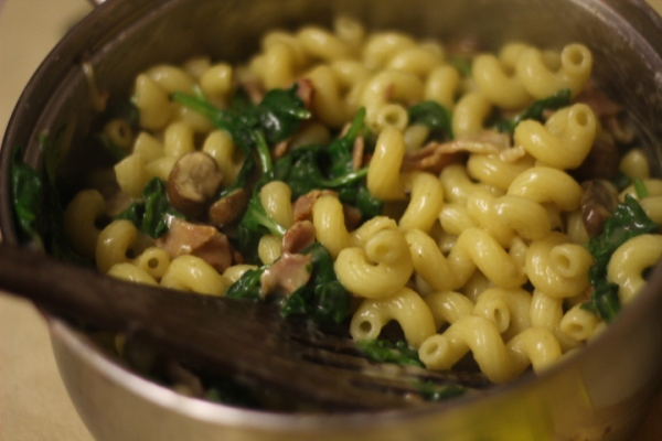 Spirali pasta with spinach, mushrooms and bacon